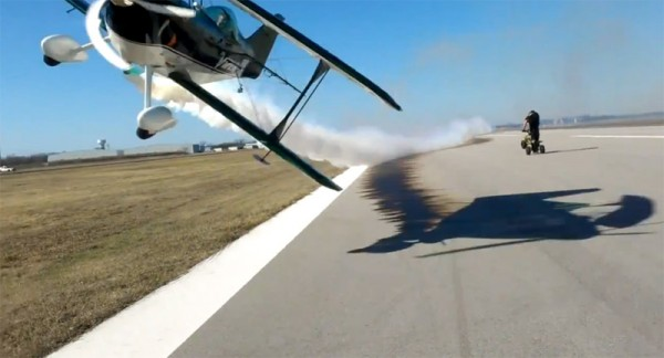 Video: Skilled pilot manages to avoid two idiots. Just.