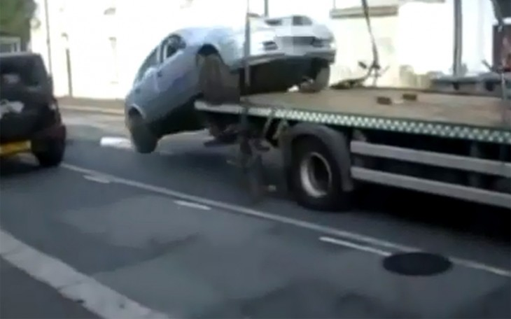 Video: Driver in London reverses off Tow Truck