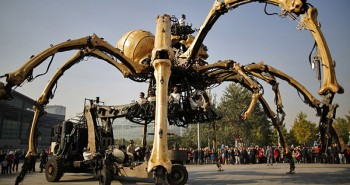 Video: Giant Robotic Dragon fights Huge Robotic Spider